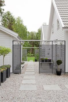 pretty pale gravel and stone paving path with contemporary horizontal slatted fence - ellas inspiration - - inredning för ditt hem & trädgård!