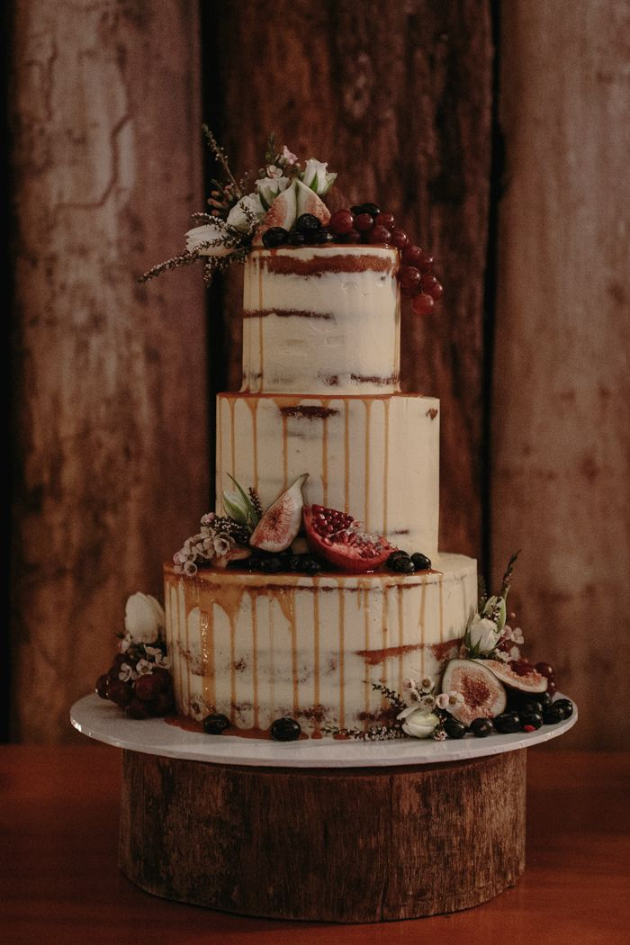 this chic x rustic wedding cake is almost too pretty to eat   Image by Jimmy Raper Photography