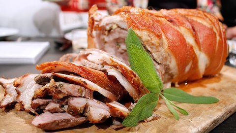 Porchetta (rullad fläsksida med örter).