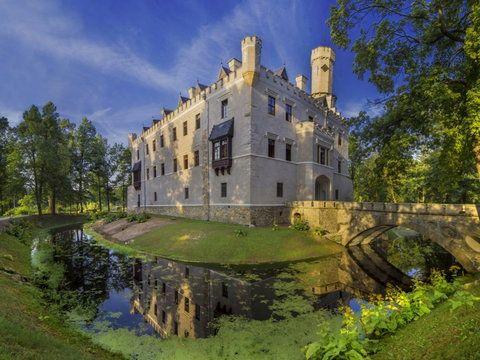 http://poznajpolske.onet.pl/dolnoslaskie/zamek-w-karpnikach-otwarty-po-remoncie-w-zamku-hohenzollernow-powstal-hotel/dexrw Pałac Karpniki