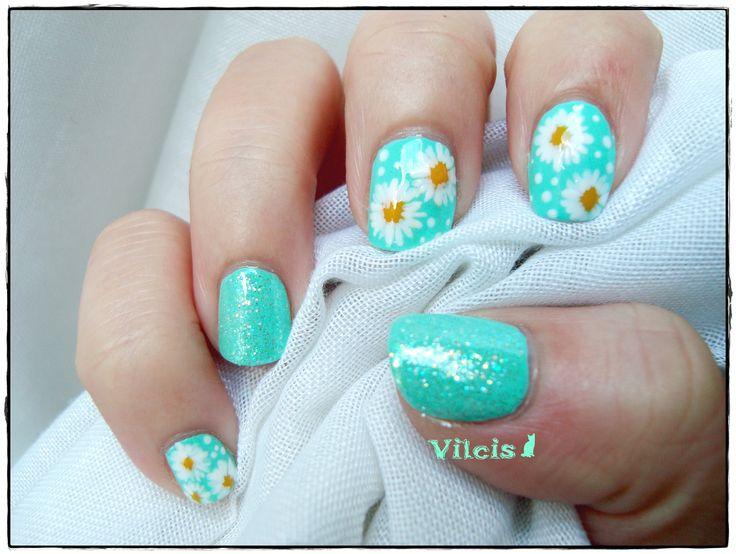 Diseño de uñas menta de primavera: margaritas y puntitos. Nail art mint design: daisies and dots.
