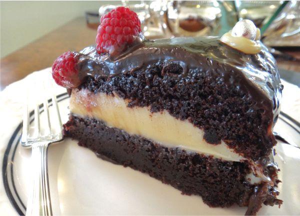 Passeando por alguns blogs me deparei com uma deliciosa receita de Bolo de chocolate com recheio de brigadeiro branco da Helena Gasparetto, que por sinal,