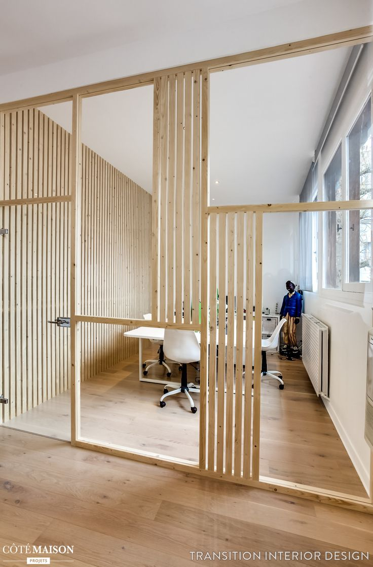 Un verrière en bois qui offre une belle luminosité et un effet de style à ce bureau.