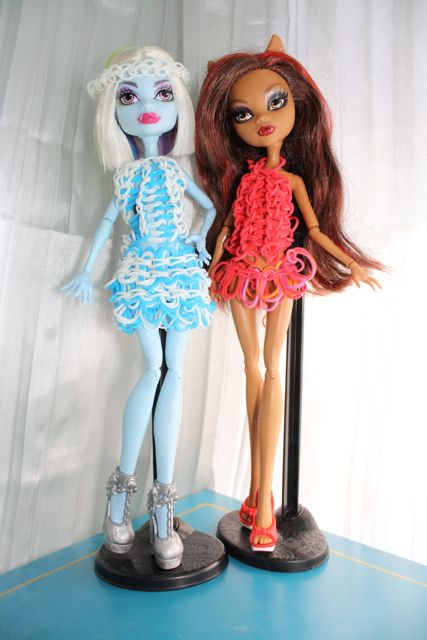 Rainbow Loom dresses for Monster High dolls! My nine-year-old thought to combine two favorites together -- with spectacular results. The white dress even glows in the dark!