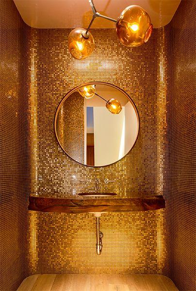 Powder room glamorous golden laura santos interior for Cuartos de bano santos