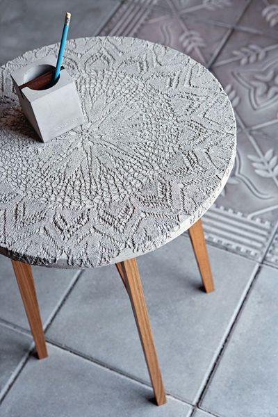 """Petite table d'appoint en bois et béton. Imprimé dentelle - décoration pour jardin, véranda, salon d'été - side table """"evelyn"""" by tove adman, sweden"""