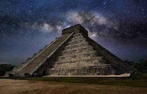 Los dos días al año en que Kukulcán baja del cielo a la tierra -  Es el descenso de la gran serpiente emplumada:Kukulcándeidad fundamental para los antiguos mayas y también para otras culturas mesoamericanas anteriores se miradescender cada 21 de Marzo por las escalinatas del Castillo deChichen Itzáa la tierra.    Es la perfecta alineación de la pirámide con el sol que provoca un juego de luces y sombras por el que se crea el efecto óptico de una inmensa serpiente que…