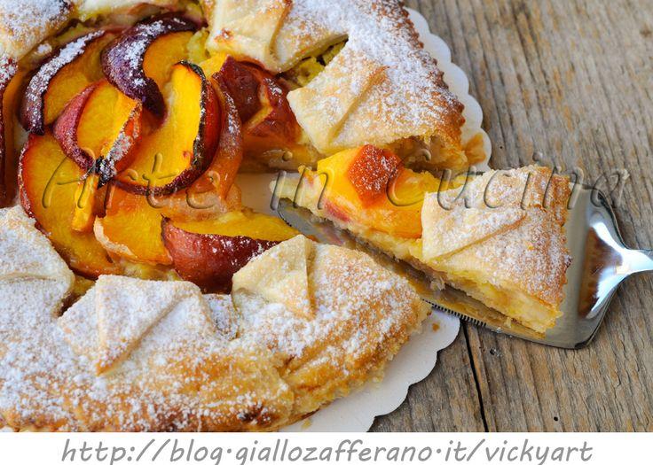 Torta sfogliata alla crema e pesche ricetta dolce, facile, dolce da merenda, colazione, dolce per bambini, torta farcita con crema pasticcera, marmellata e frutta