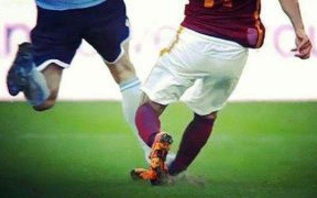 AS Roma: preoccupa l'infortunio di Salah Altra tegola in casa Roma: Mohamed Salah è dovuto uscire per un brutto fallo di Lulic durante il derby. L'egiziano ha riportato una distorsione alla caviglia destra. Entro le prossime 24 ore verranno #roma-lazio #infortuniosalah #derby