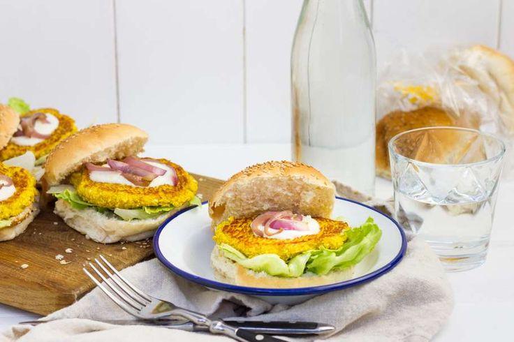 Recept voor bloemkoolburgers voor 4 personen. Met zout, olijfolie, peper, bloemkool, feta, yoghurt, bloem, ei, kerriepoeder, kurkuma, knoflook, rode ui, ijsbergsla en witte bol