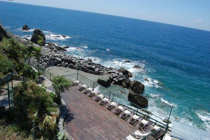 Il solarium e la spiagga del Resort La Francesca