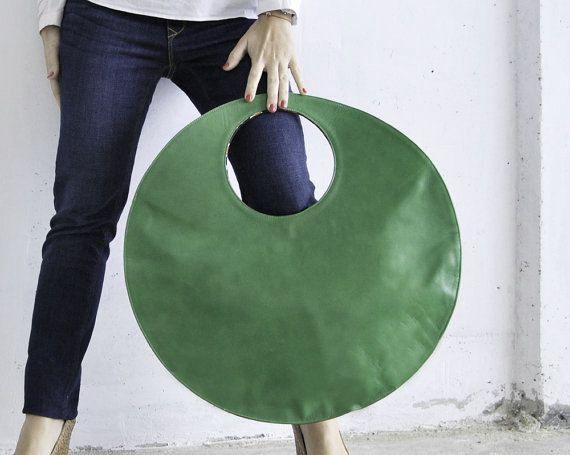 Verde gran bolso de totalizador, círculo verde y fucsia bolso, hecho de cuero mejor calidad. 2 caras 2 colores - fucsia / verde. Se puede sostener en el hombro y usar como bolso diario. Grande caber muchas cosas en... lo que necesites para curry todos los días... su bolso, agenda, gafas, cosméticos, cuaderno (o un ordenador portátil pequeño)... realmente grande. También puede mantener doblado, como un semicírculo elegante bolso de embrague. El interior de la bolsa está totalmente forrado...