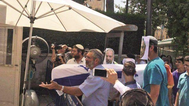 Mescid-i Aksa'ya yönelik saldırılardan sonra İslam ülkelerinin tek ses olması İsrail'e geri adım attırdı. Önce koyduğu x-ray cihazlarını kaldıran İsrail, daha sonra kamera sistemlerini söktü. Yaşananları hazmedemeyen Siyonistler ise tepki gösterdi. İsrail parlamentosu Knesset'e bayrak sarılı olduğu bir tabut bırakan Siyonistler, 'İsrail öldü' imasında bulundu.