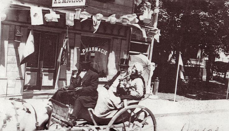 Le coeur de Saint-Thomas | Parade sur la rue Saint-Jean-Baptiste en 1925. En arrière-plan, la pharmacie Michon et la façade de sa voisine, la maison Édouard-Lavergne. © Société d'histoire de Montmagny.