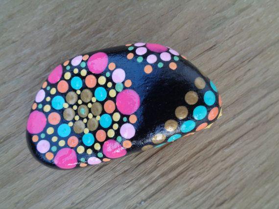 Original Acrylbild auf Strand-Stein. Eine Kombination von Natur und Kunst, das eine Art Kunst-Einzelstück produziert. Die Stein werden vom Eriesee gesammelt. Eine Beschichtung des Lacks wird angewendet, um das Bild zu schützen. Ideal als Geschenk oder für Ihre Einrichtung.