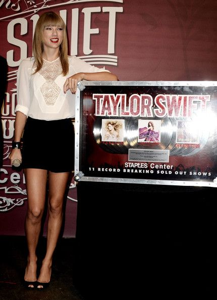 Taylor Swift - Taylor Swift Hangs Out at the Staples Center