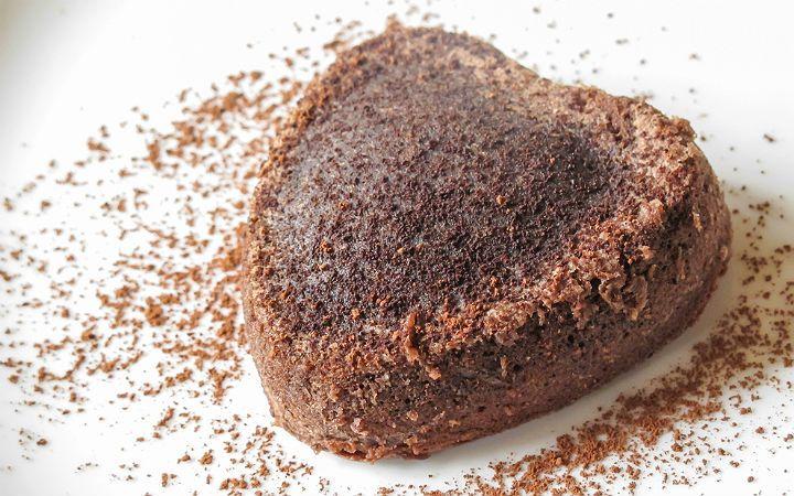 """""""Chocolate Lava Cake""""; içinden yoğun çikolata akan ve bu nedenle patlamakta olan bir yanardağdan akan sıcak lavlara benzetilen çikolatalı kek tarifi. İlk kaşıkta içindeki çikolatayı dışarı akıtmayı başlayan lav kek yapımında yer alan püf noktaları sufle tarifini andırsa da kullanılan malzemeler ve yapım aşamaları onu farklı kılıyor. Çikolatalı ıslak kek ve çikolatalı sufleyi sevdiğinizi biliyoruz. Peki …"""