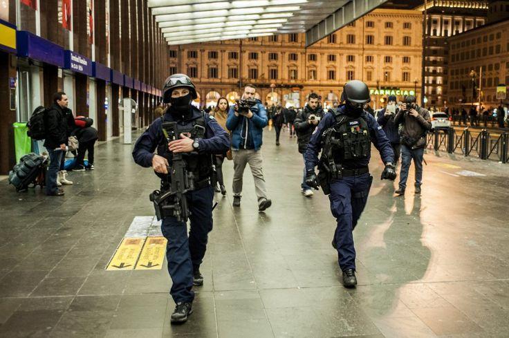 Termini evacuata, allarme terrorismo, negozi chiusi e passeggeri bloccati sui treni. Ma l'arma è un giocattolo