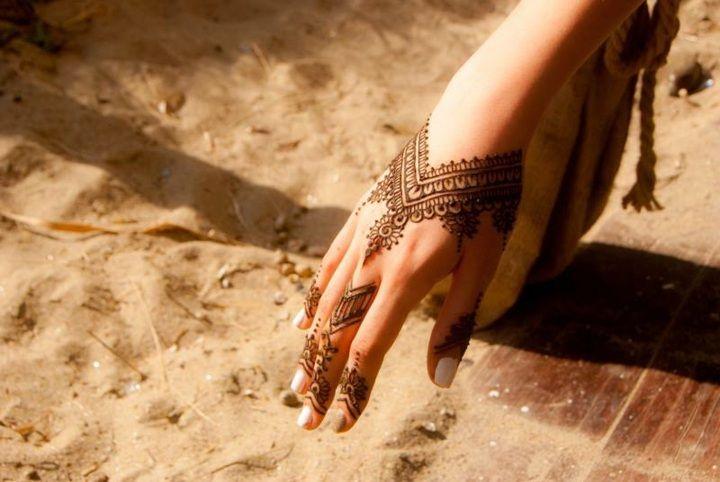 Tatouage poignet et main henn 40 id es femmes et hommes henn tatouages au henn et tatouages - Tatouage au doigt ...