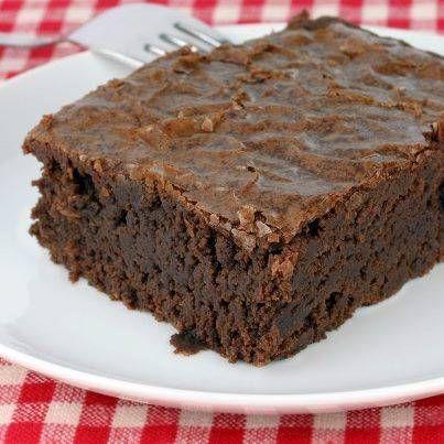"""In Zweden zijn ze dol op zoet en zeker op """"kladdkaka"""": een heerlijke, smeuïge chocoladetaart. Kladd betekent letterlijk """"kliederig"""". Kladdkaka lijkt een beetje op brownie: het is een compacte chocoladetaart, maar dan plakkeriger en om je vingers bij af te likken."""