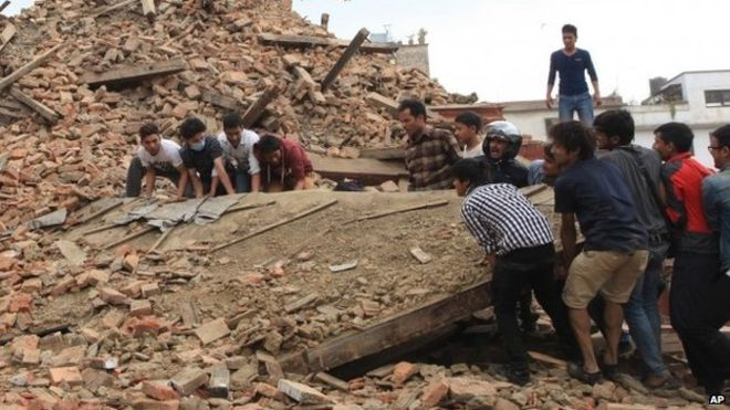 People try to lift the debris from a temple at Hanumandhoka Durbar Square in Kathmandu (26 April 2015)