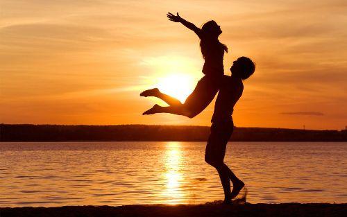 fiatal szerelmes pár a tengerparton