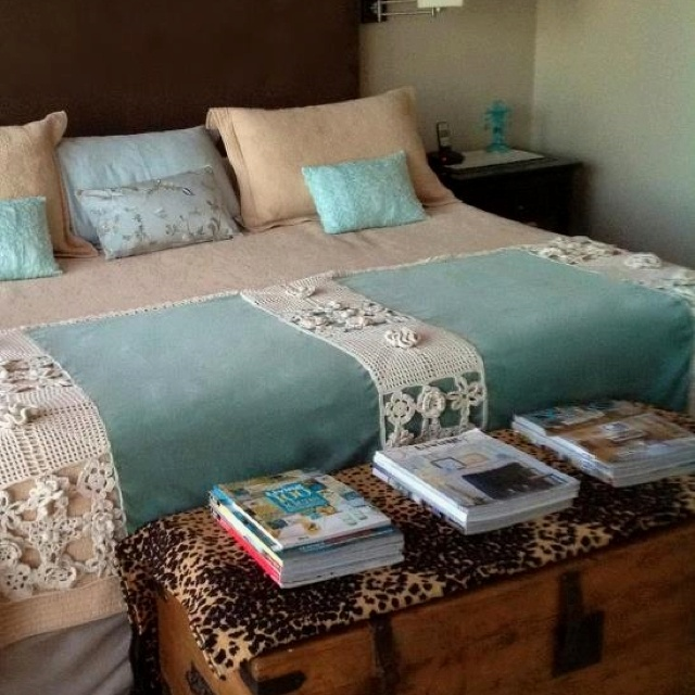 Pie de cama de terciopelo aqua con aplique de crochet for Cubrepies de cama