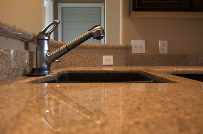 Evier en pierre nettoyer avec du bicarbonate.  Mettez une goutte de produit vaisselle et une pincée de bicarbonate sur une éponge humidifiée. - Frottez doucement votre évier ou lavabo puis rincez à l'eau claire. - Passez une lingette microfibre pour essuyer et faire briller.