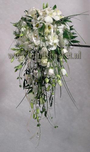 Bruidsboeket waterval met witte orchideeën en parels