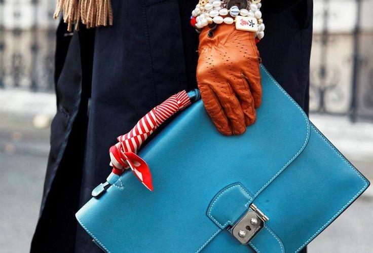 """手持ちのバッグがよみがえる""""取っ手にスカーフ""""おすすめカラーと巻き方テクニック集 http://by-s.me/article/98736193023878339 … #おしゃれ #バッグ #スカーフ"""