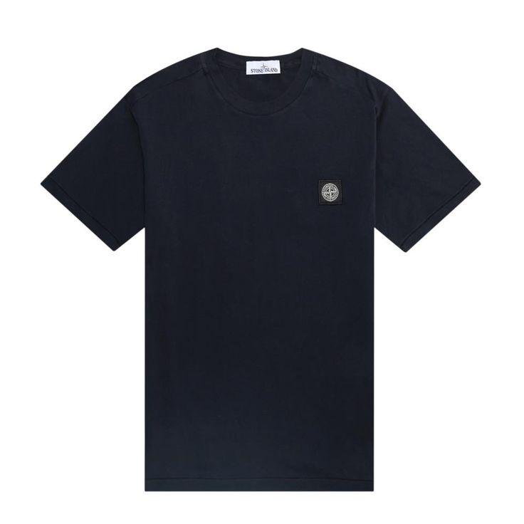 Dieses stückgefärbte Stone Island T-Shirt in Navy besteht zu 100% aus Baumwolljersey. Ein Logo Patch auf der Brust zeigt die Stone Island-Windrose.