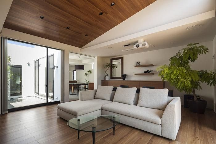 ホームシアターを楽しめるリビング(『高松の家』中庭を囲む平屋住宅) - リビングダイニング事例|SUVACO(スバコ)