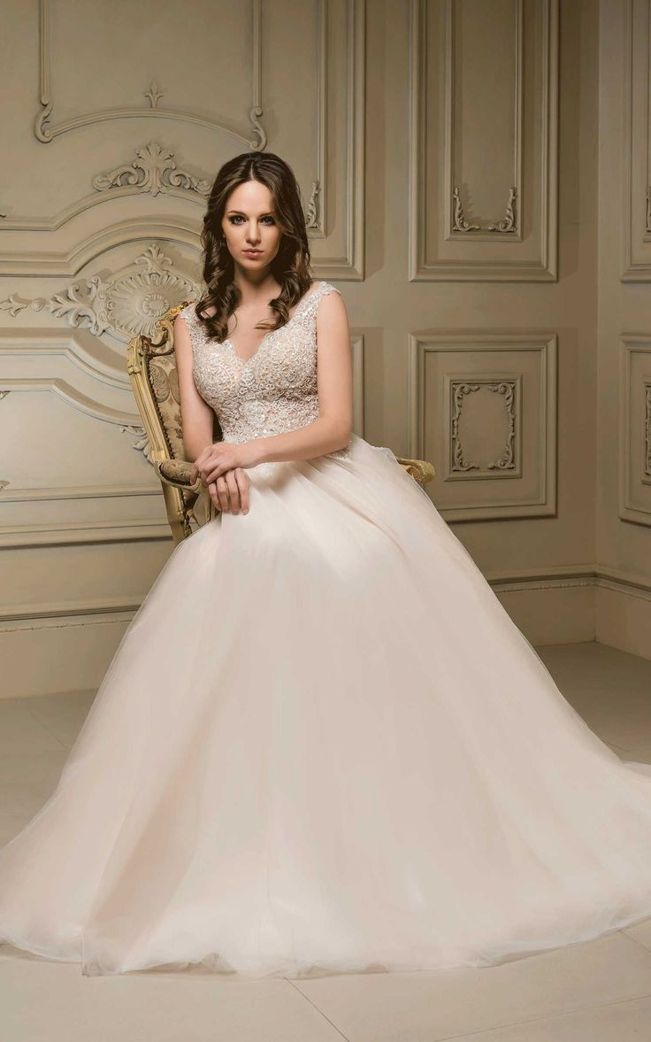 Nádherné svadobné šaty so živôtikom zdobeným kamienkami a širokou sukňou s vlečkou