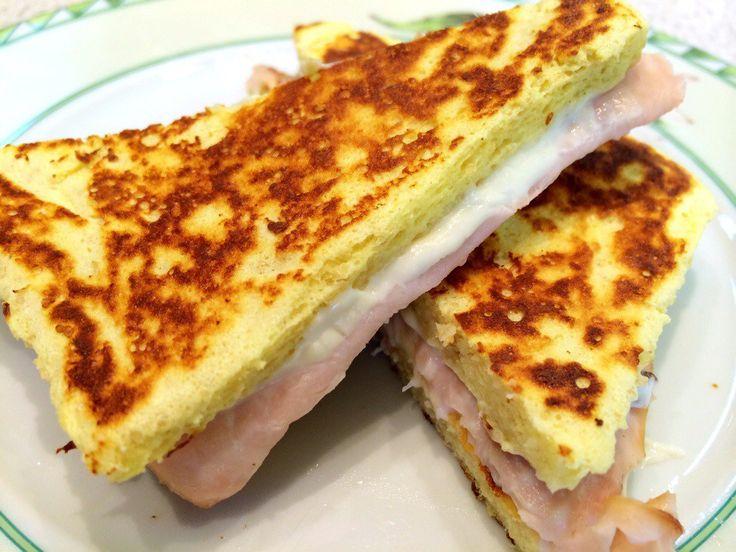 Oi gente! Esse é o famoso panini dukan e é uma ótima idéia de café da manhã. Receita do site dietaereceitas Bjs e bom apetite! Ingredientes: 1 ovo 2 colheres de sopa de reqqueijão cremoso 0% gordur...