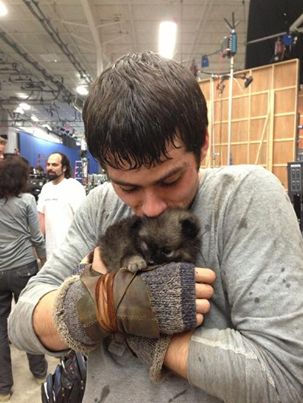 Dylan O'Brien and a puppy(!!) on the set of The Maze Runner(!!!)