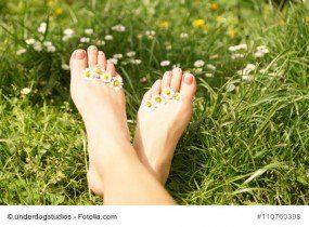 Schöne Füße im Sommer sind ein absolut stylischer Hingucker. Sind Ihre Füße bereit, in luftigen Sandalen am Strand flanieren zu gehen? Ein frecher Nagellack und die richtige Pediküre zu Hause bringen Sie auf den richtigen Weg. Wir helfen Ihren Füßen auf die Sprünge und verraten Ihnen die 3 wichtigsten Schritte zu perfekt gepflegten Füßen im Sommer.