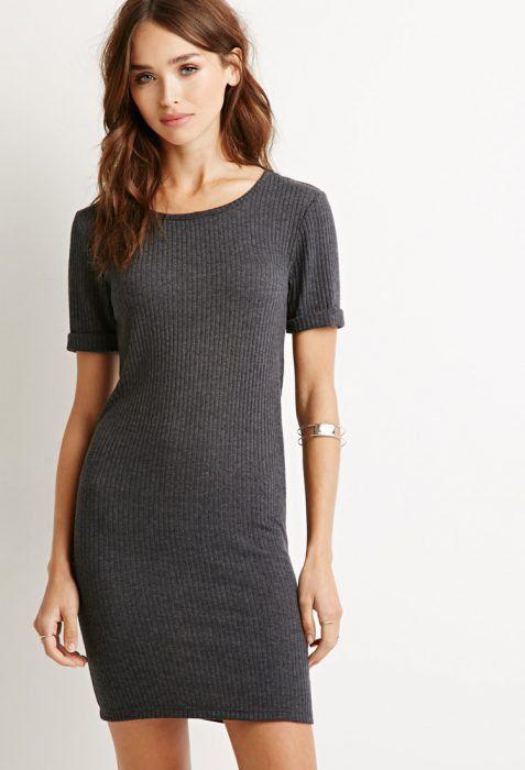 Chica usando un vestido largo en color gris pegado al cuerpo