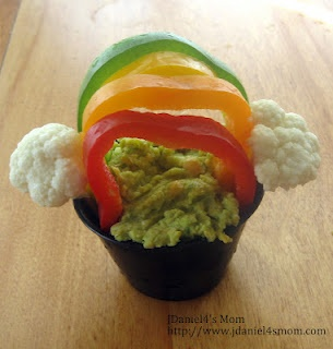 St. Patrick's Day Snack of Spinach Hummus under a rainbow of colored peppers.: Snacks Kids, Healthy Snacks, Belle Peppers, Spinach Artichokes, Kids Activities, Cauliflowers Cloud, Healthy St., St. Patrick'S Day, Rainbows Snacks