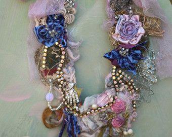 Inspiratie - barokke tijdperk juweel tinten, natuur, antieke textiel... Delicate op zoek verklaring ketting met shabby chique details en sommigen sparkle & sprookje... Gemaakt van antieke/vintage veters en textiel. Hand genaaid, geborduurd en kraaltjes-bloemen, beading, vintage trims., kristallen, bevindingen. -hand geverfd sluier stukken antiek kant, antieke gouden metallic Passement stuk, hand geverfd zijde bloemen, parels, vintage Franse ab diamante,... De ketting heeft delicate…