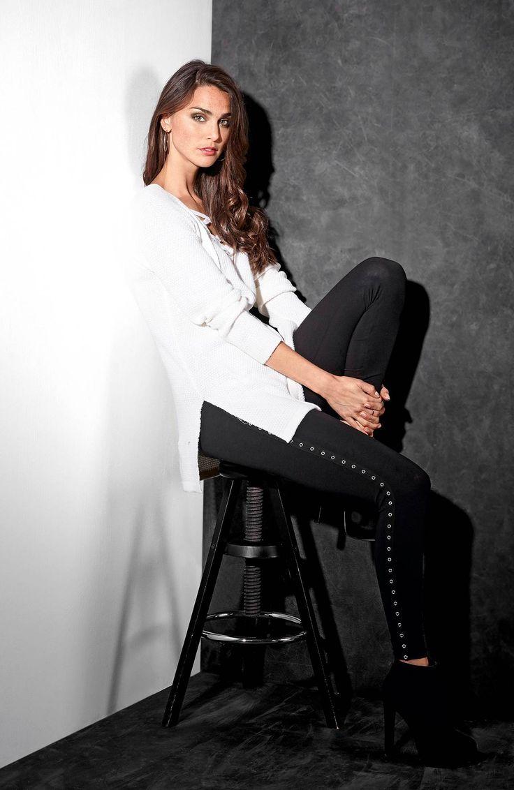 Biały, długi sweter z sznurowaniem, 159 zł + czarne legginsy z dżerseju ze stretchem, z ozdobną tasiemką z boku, 139 zł.