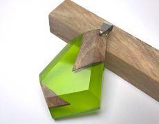 Pandantiv din lemn de nuc stabilizat si incapsulat in rasina cu pigment verde crud