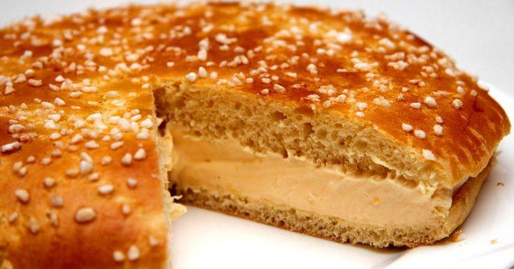 """Mennyei La Tarte Tropézienne recept! Ennek a Saint Tropez-ból származó tortának története van! 1955-ben egy filmforgatásra készítette egy lengyel cukrász, ekkor született az új torta. Brigitte Bardot tanácsára a cukrász Saint Tropez tortájájának nevezte el az új süteményt. Így született a """"La Tarte Tropézienne""""."""
