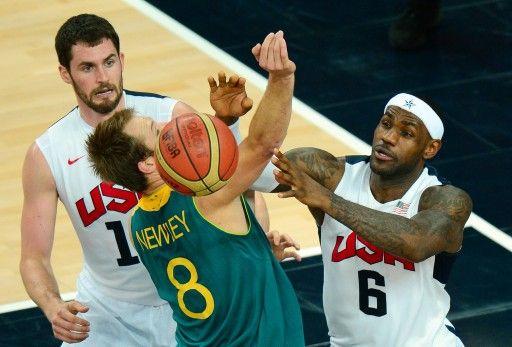 ロンドン五輪、男子バスケットボール準々決勝、米国対オーストラリア。オーストラリアのブラッド・ニューレイ(Brad Newley、中央)をマークする米国のレブロン・ジェームズ(LeBron James)とケビン・ラブ(Kevin Love、2012年8月8日撮影)。(c)AFP=時...