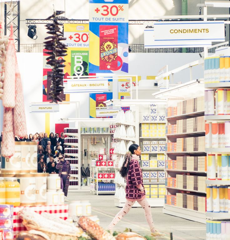 The CHANEL Autumn/Winter 2014/2015 fashion show took place in a supermarket decor!