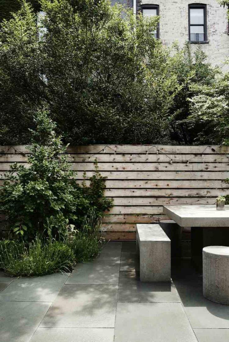 aménagement jardin et terrasse en ville -table-bancs-beton-dalles-beton-muret-soutenement-bois-guirlande-lumineuse