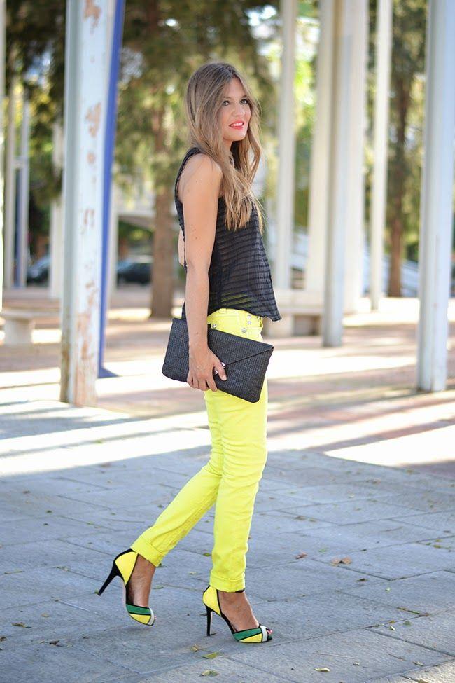 pantalon en amarillo & top en negro