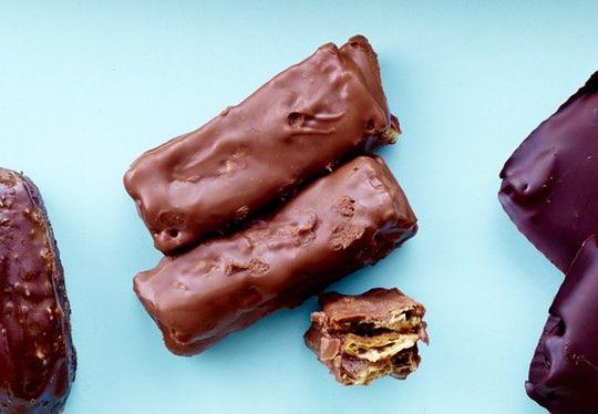 Snickers, Bounty, KitKat og After Eight. Nu er chokoladebarer ikke længere lig usund. Du kan lave dem meget sundere selv! Se hvordan her.