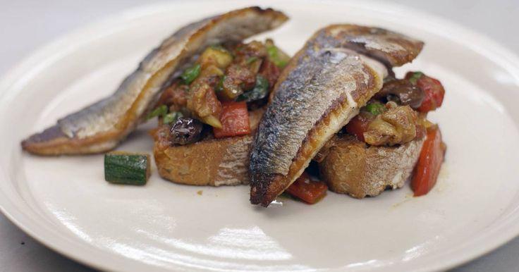 Elke hongerige Siciliaan die het woord 'caponata' hoort zal met plezier de benen onder de tafel schuiven. Het is een overheerlijke bereiding van gebakken groenten die afkoelen in een zoet-zure saus. In de groentemix mag de aubergine in geen geval ontbreken. Jeroen serveert de caponata op gegrild brood met versgebakken makreelfilets. Het gerecht is de perfecte lichte lunch, of een voorgerecht met authentieke Italiaanse roots. En wie er kleinere porties van maakt kan de caponata met vis ook…