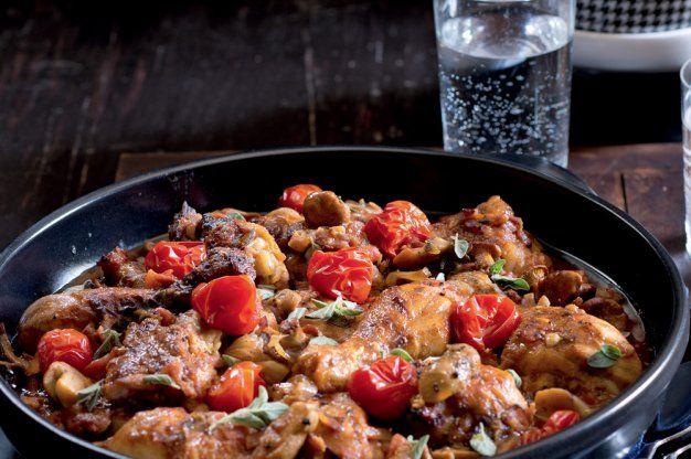 Kuře s rajčaty, slaninou a houbami
