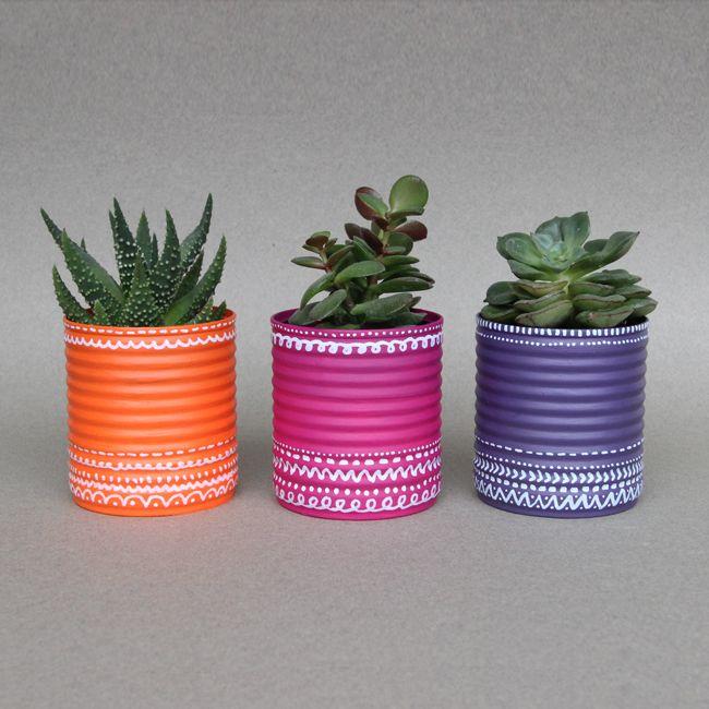 DIY pots de fleurs recyclés à partir de boites de conserve avec le principe de l'upcycling ou l'art du recyclage décoratif. Idéal pour mettre en valeur les succulentes